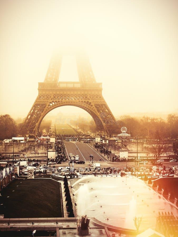 De Toren van Eiffel, Parijs Dawn mist royalty-vrije stock afbeelding