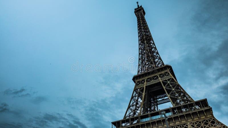 De toren van Eiffel, Parijs, Frankrijk Blauwe hemel stock afbeeldingen