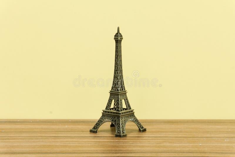 De Toren van Eiffel, Parijs, Frankrijk met gele achtergrond stock afbeelding