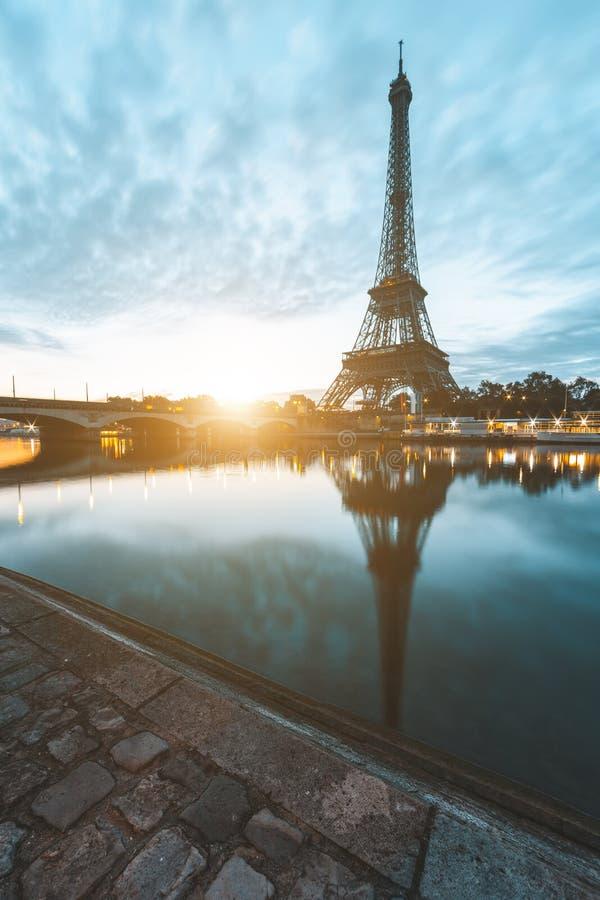 De toren van Eiffel in Parijs tijdens zonsopgang royalty-vrije stock foto