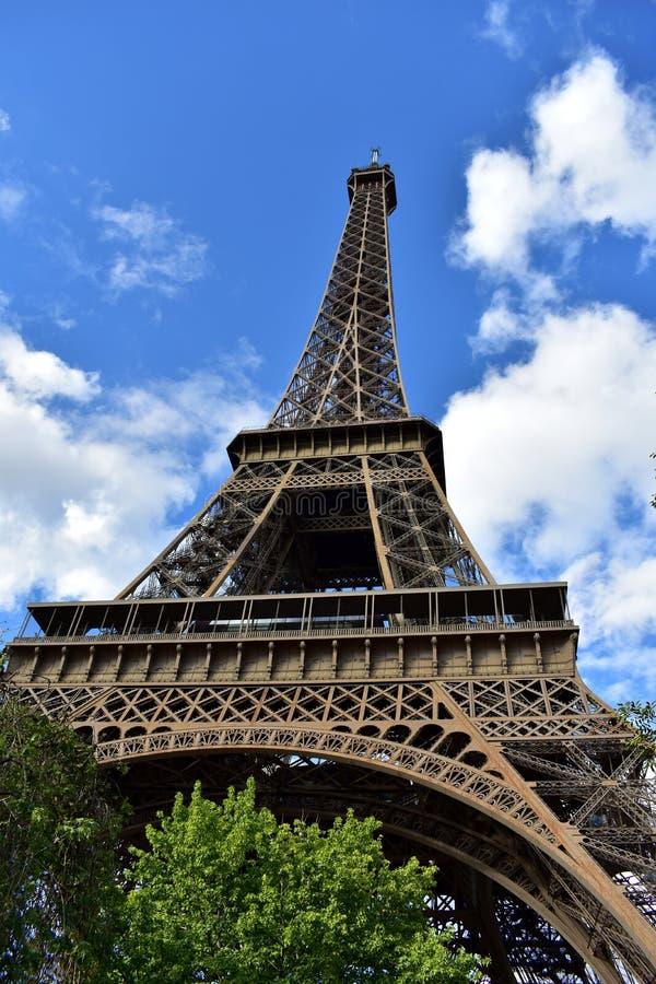 De Toren van Eiffel, perspectief van onderaan Parijs, Frankrijk Bomen en blauwe hemel met wolken stock afbeeldingen