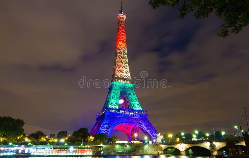 De toren van Eiffel stak omhoog met regenboogkleuren aan, Parijs, Frankrijk stock foto