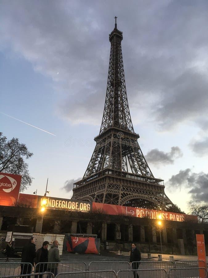 De Toren van Eiffel tegen een bewolkte vroege avondhemel achter toeristenagentschappen royalty-vrije stock afbeeldingen