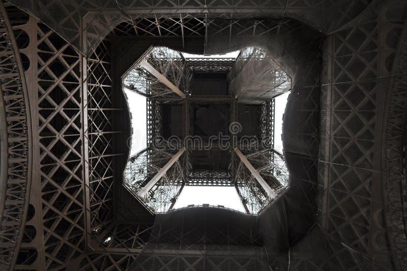 De Toren van Eiffel van direct hieronder royalty-vrije stock afbeelding