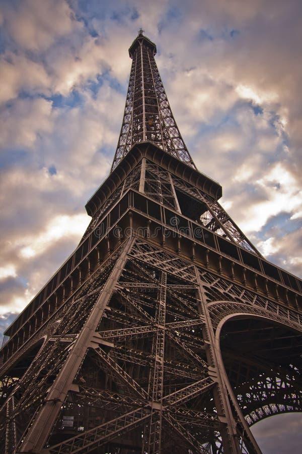 De toren van Eiffel van onderaan stock foto