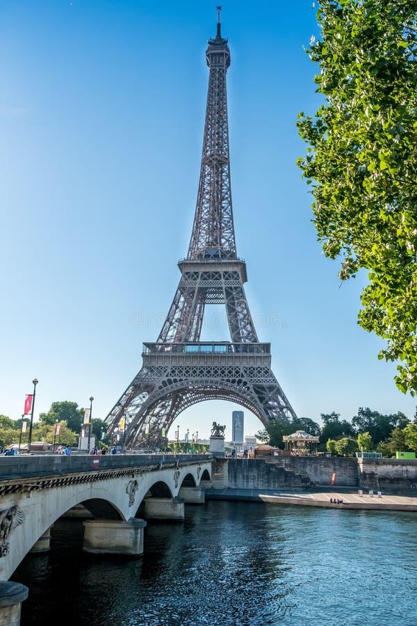 De toren van Eiffel van Trocadero-brug met Montparnasse-toren op de achtergrond royalty-vrije stock afbeelding
