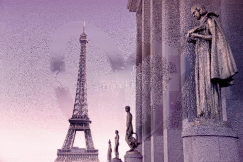 De toren van Eiffel van Trocadero, Parijs, met mening door nat glasvenster (Retro stijl) royalty-vrije stock afbeeldingen