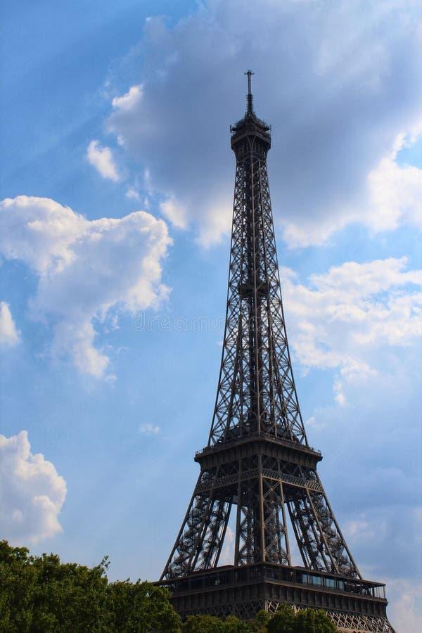 De toren van Eiffel wat betreft de wolken stock fotografie