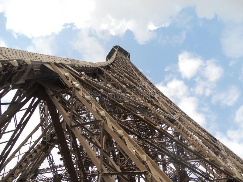 De Toren van Eiffel, wordt gezien van onderaan, Parijs, Frankrijk dat stock afbeeldingen