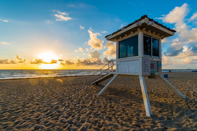 De toren van de het levenswacht op het strand van Miami in zonsopgang, Florida, de Verenigde Staten van Amerika stock foto's