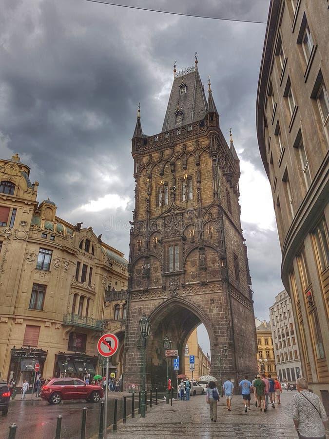 De toren van het poeder in Praag stock fotografie