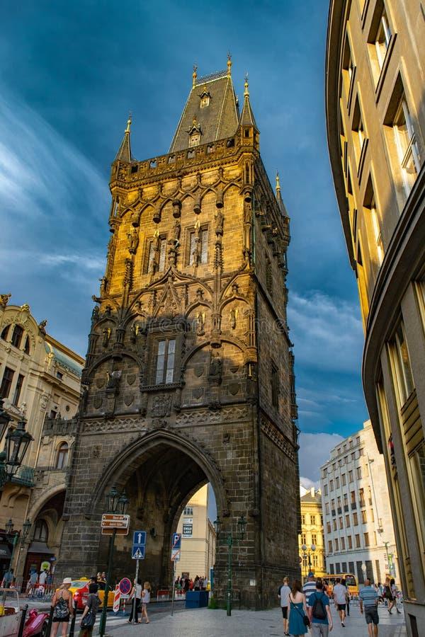 De toren van het Poeder in Praag stock afbeeldingen