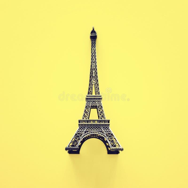 De Toren van het symbooleiffel van Parijs over gele achtergrond stock fotografie