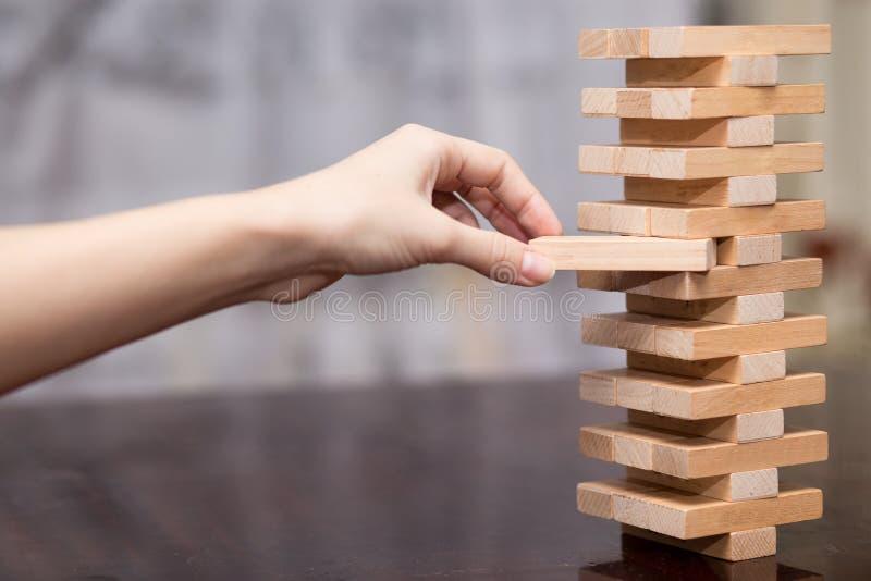 De toren van houten blokken, Onderneemster Building Up Tower, Uitdaging in Zaken royalty-vrije stock fotografie