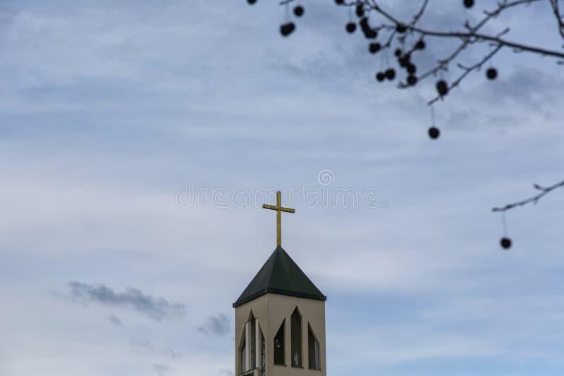 De toren van de kerk met kruis stock afbeelding