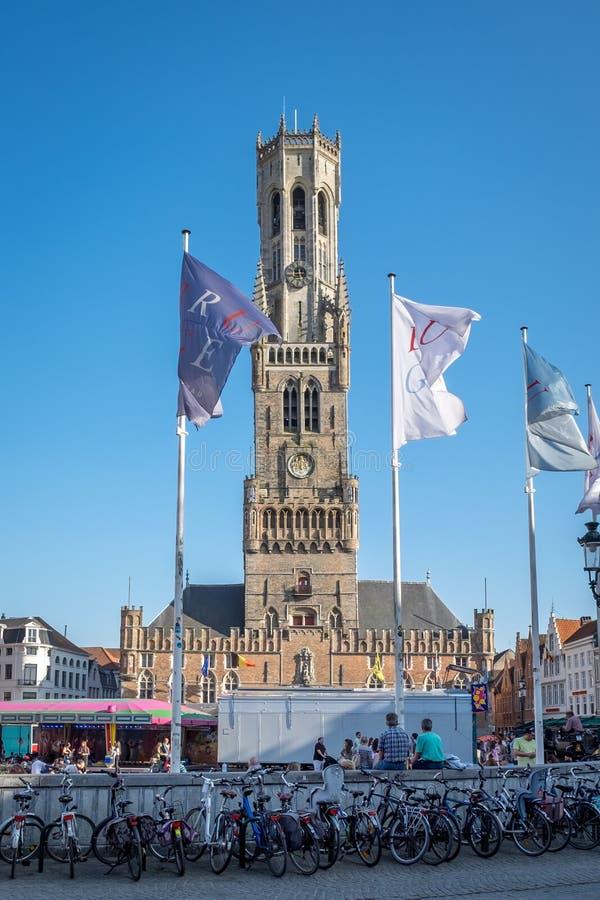 De toren van de Klokketoren Belfort op Grote Markt vierkant Brugge stock afbeelding
