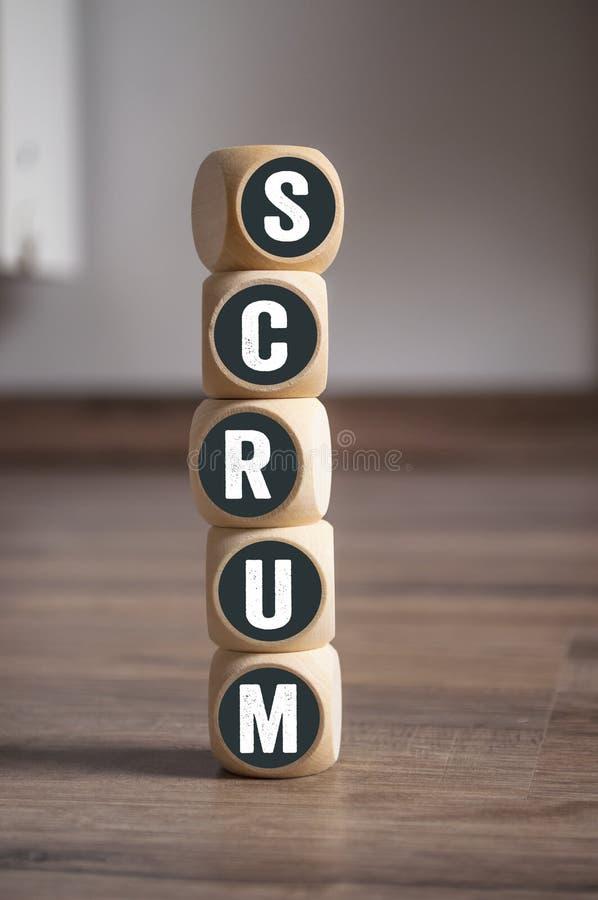 De toren van kubussen wordt gemaakt en dobbelt met woordscrum dat stock afbeeldingen