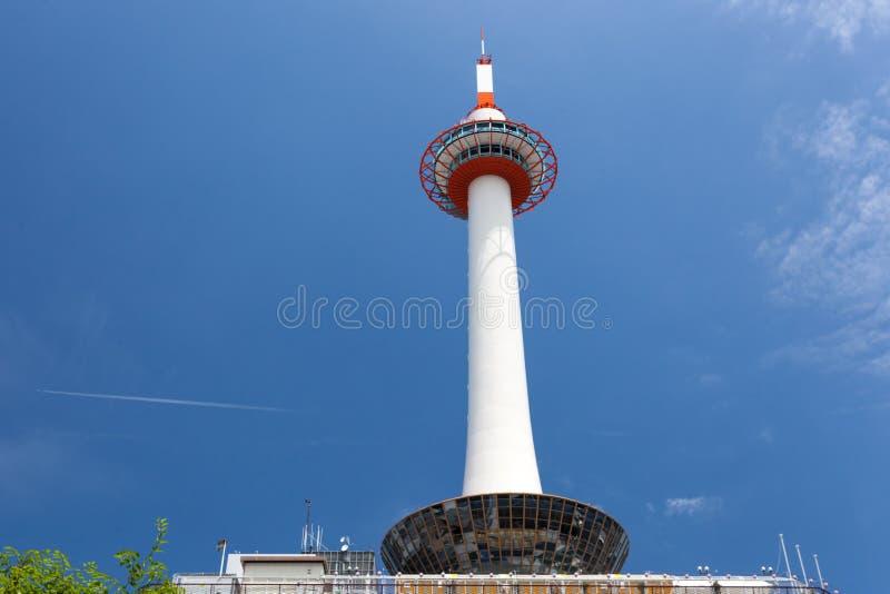 De Toren van Kyoto wordt gezien die van onderaan stock foto's