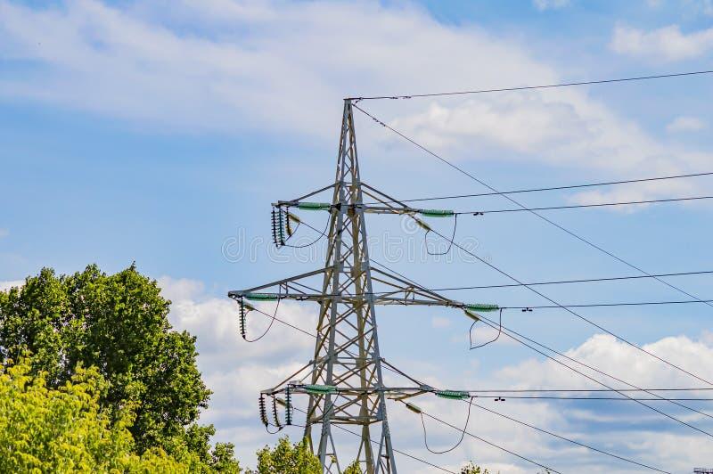 De toren van de lijn met hoog voltage van de machtstransmissie tegen de blauwe hemel royalty-vrije stock foto's