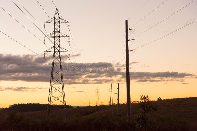 De toren van de machtstransmissie bij dageraad 04 stock fotografie