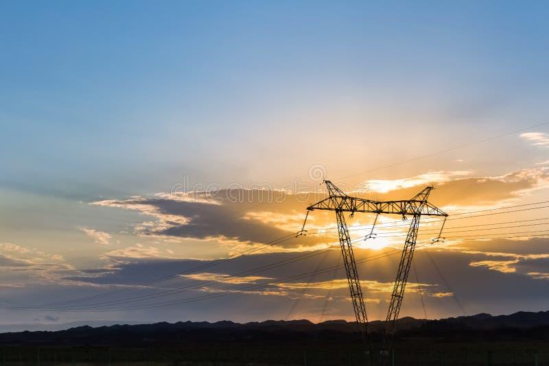 De toren van de machtstransmissie in zonsondergang royalty-vrije stock fotografie