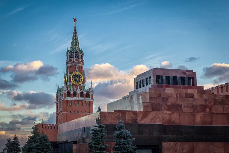 De Toren van Moskou het Kremlin Spasskaya op een mooie bewolkte achtergrond van de avondhemel royalty-vrije stock afbeelding