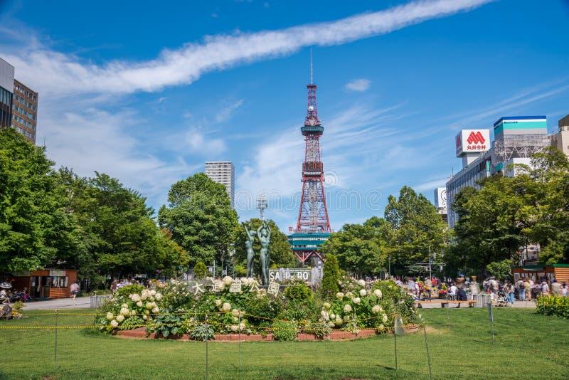 De Toren van Sapporotv in Odori-Park in zonneschijndag stock afbeeldingen