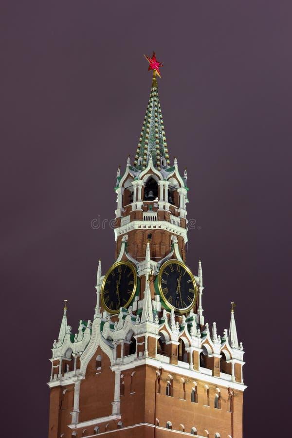 De Toren van Spasskaya van Moskou het Kremlin in de winternacht stock foto's