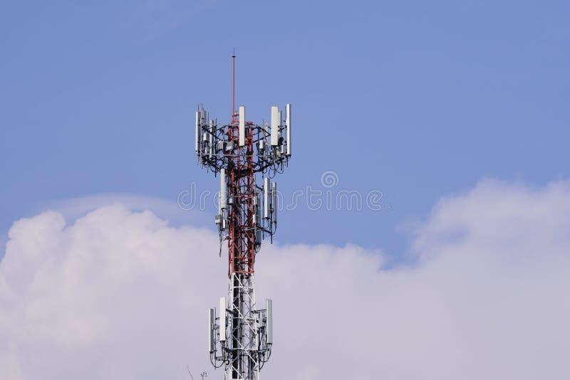 De toren van de telecommunicatie De Zender van de draadloze communicatieantenne royalty-vrije stock afbeelding