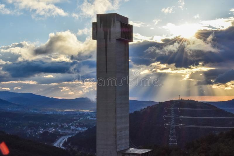 De toren van de tunnelventilatie in weg bij schemer stock foto