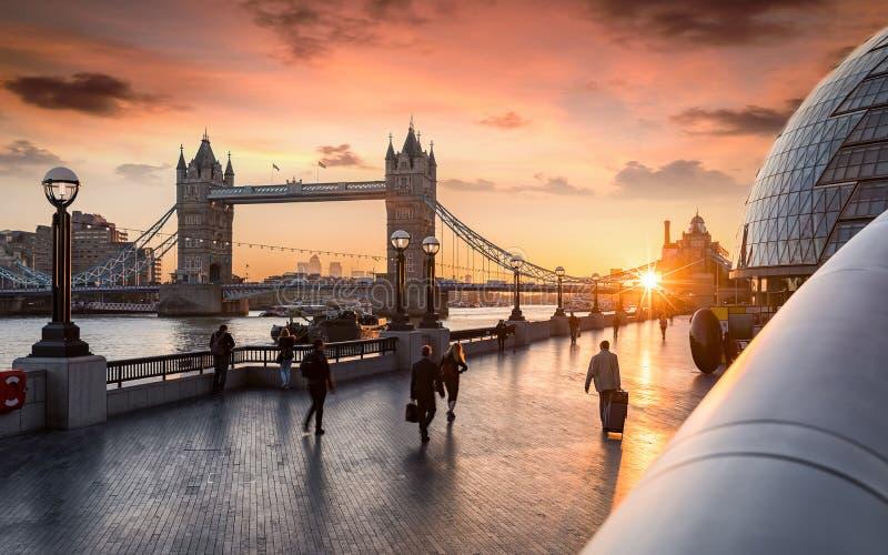 De Torenbrug in Londen tijdens zonsopgang stock afbeeldingen
