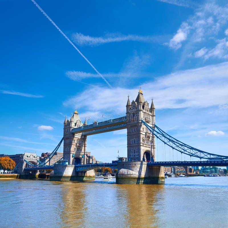 De torenbrug op een zonnige dag in Londen, regelt panoramisch beeld stock foto's