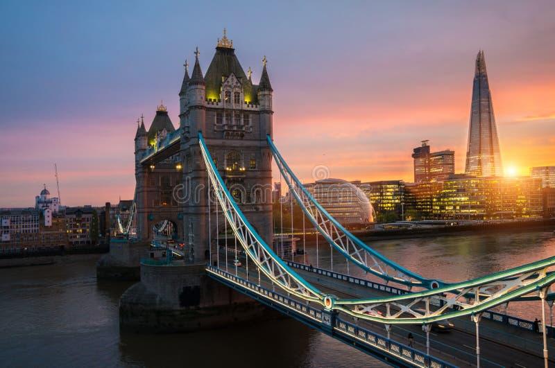 De de Torenbrug van Londen bij zonsondergang stock afbeeldingen