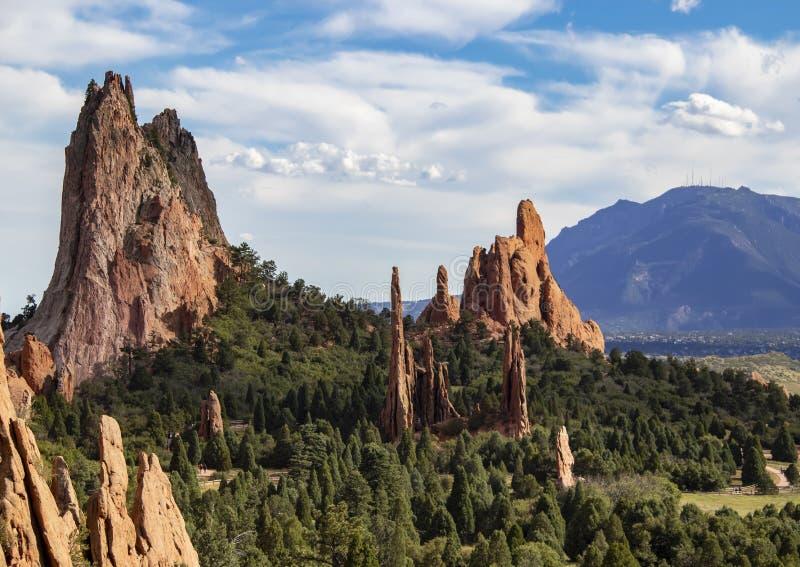 De torenhoge rode rotsvormingen van de Tuin van de Goden van Colorado Springs met Cheyenne Mountain op de achtergrond royalty-vrije stock afbeeldingen