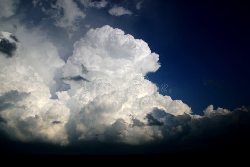 De torenhoge wolken van de cumulusonweersbui royalty-vrije stock afbeeldingen