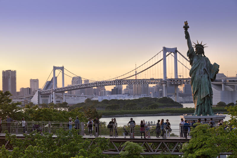 De Torenhorizon van Tokyo en Regenboogbrug met cityscape in Odaiba Japan royalty-vrije stock afbeeldingen