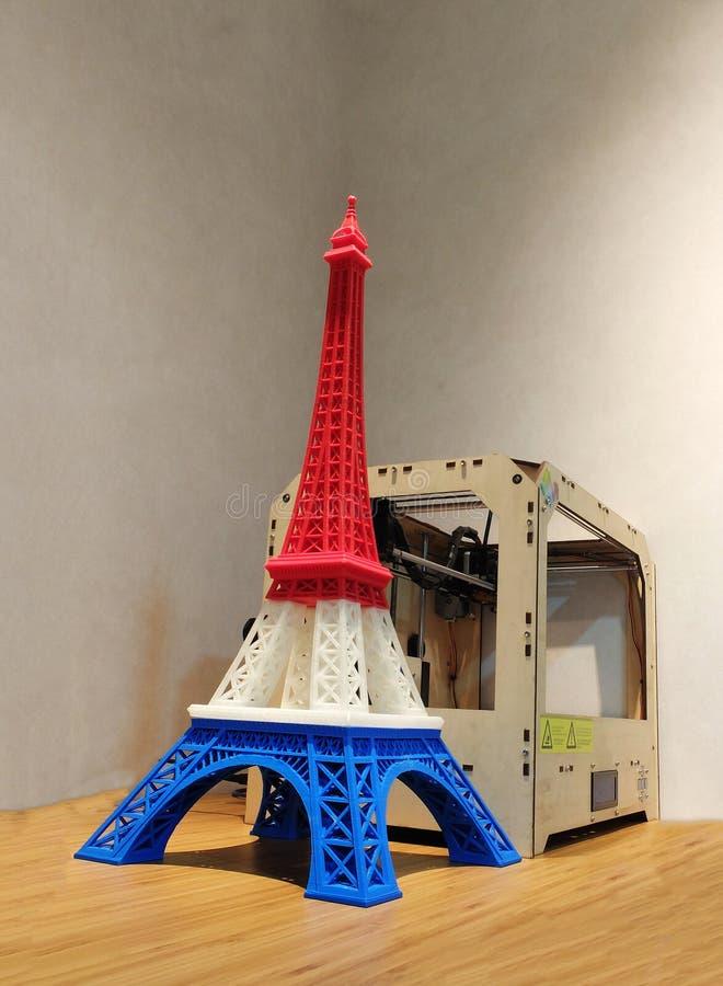 De Torenmodel van Eiffel met Rode Witte Blauwe die Streep door 3D Printer met 3D Printer op Houten Lijst wordt gedrukt stock afbeeldingen