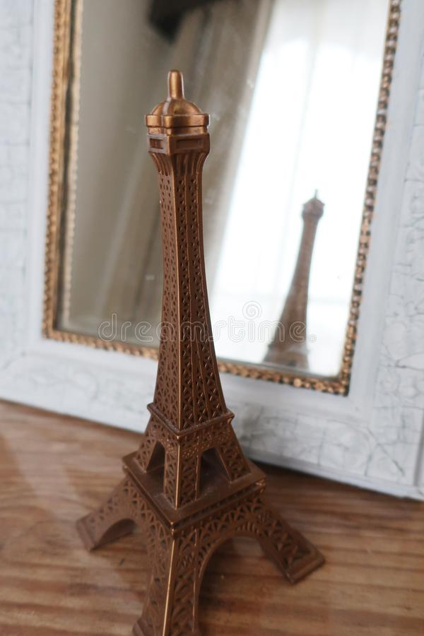 De de torenreproductie van Eiffel denkt in spiegel na royalty-vrije stock fotografie