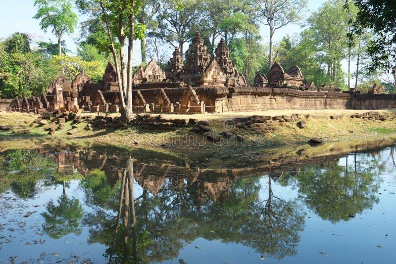De torens en de gracht van Banteay Srei in Siem oogsten, Kambodja stock afbeeldingen