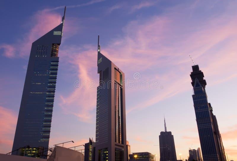 De torens van emiraten bij schemer stock afbeelding