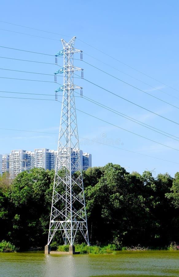 De torens van de hoge machtstransmissie stock afbeeldingen