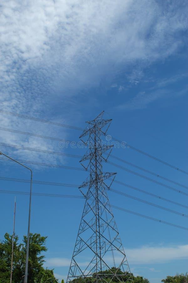 De torens van de hoogspanningstransmissie, de hemel achter helder stock foto's