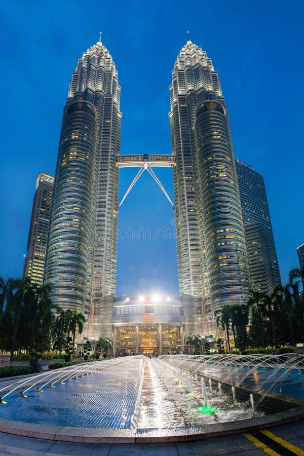 De torens van nachtpetronas in Kuala Lumpur stock afbeelding