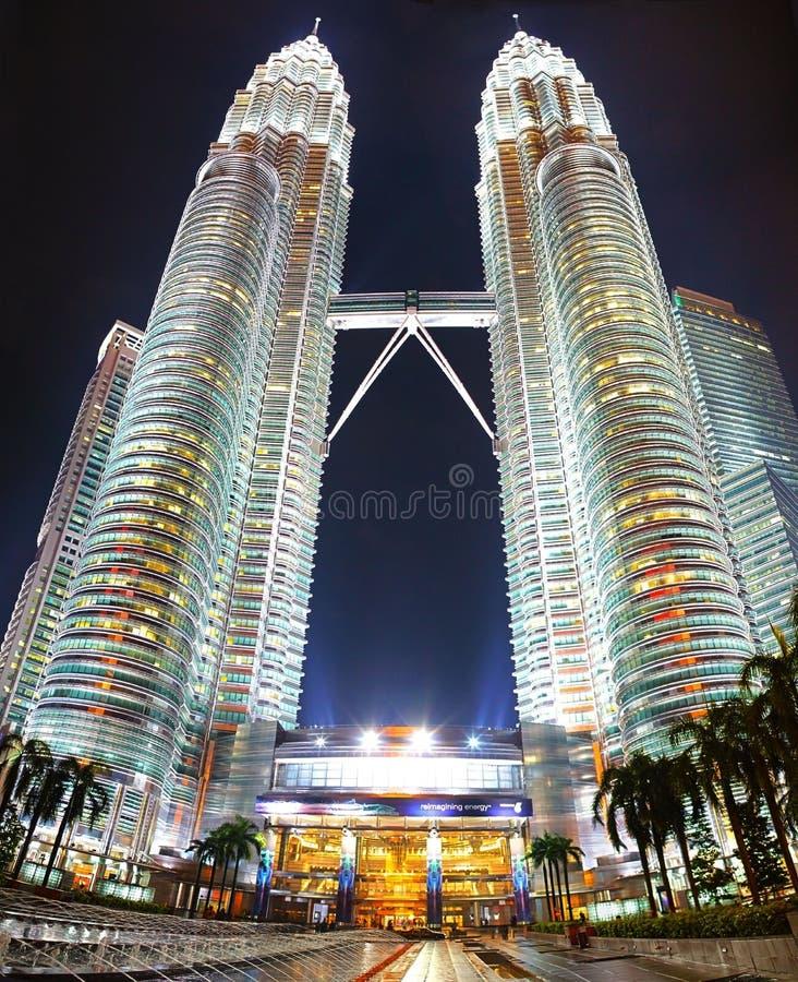 De torens van Petronas bij nacht stock foto