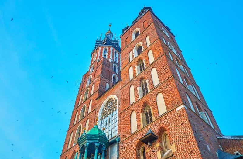 De torens van St Mary Basilica in Krakau, Polen stock fotografie