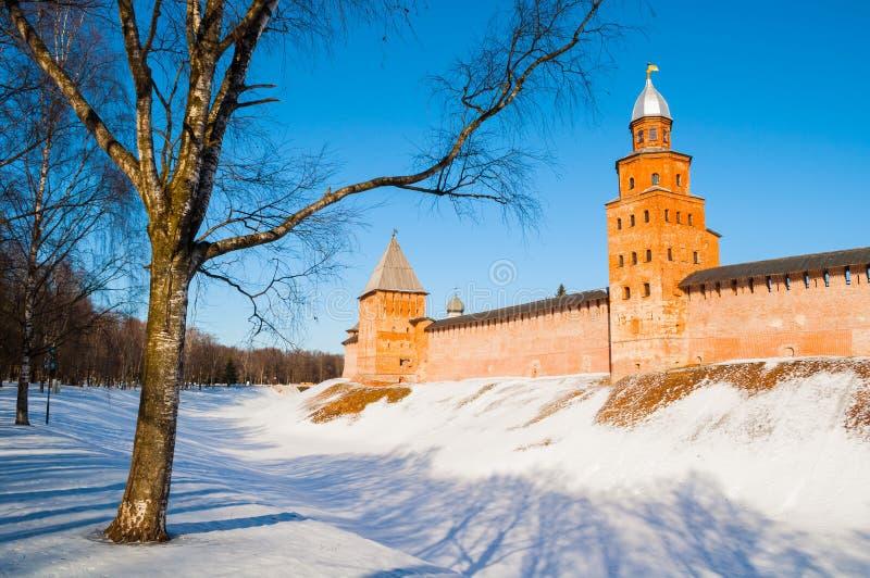 De torens van Velikynovgorod het Kremlin in de winterdag in Veliky Novgorod, Rusland, de winterpanorama stock foto's