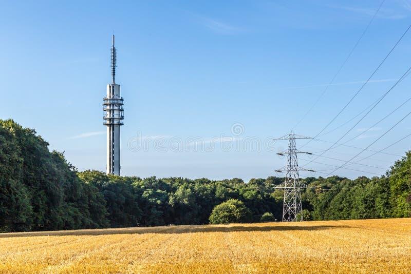 De torentelevisie van de transmissiemast stock afbeelding