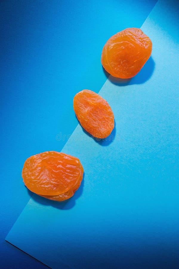 De torra aprikornas på ljus dubbel blå bakgrund arkivbilder