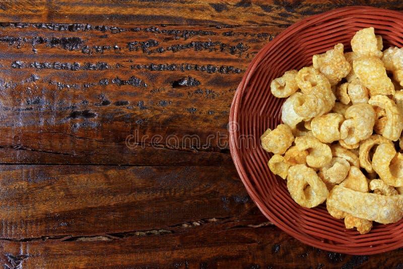 De Torresmocrackers, typisch Braziliaans voedsel maakten van de huid van het gebraden varkensvlees en geroosterd stock fotografie