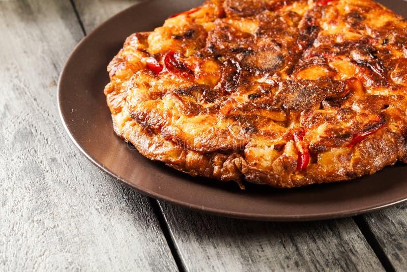 de tortilla Patatas Hiszpański omelette z kiełbasianym chorizo, grulami, papryką i jajkiem towarzyszącymi oliwa z oliwek, zdjęcia royalty free